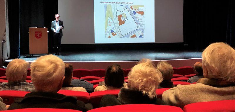 Bilde av tilskuere og foredragsholder folkemøte områdeplan Melhus