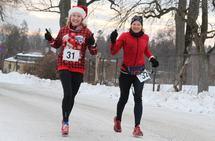 Ultraløperne Therese Falk og Ninette Banoun koser seg med maraton lille julaften. (Foto: Olav Engen)