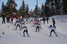 Kamp om posisjonene i den første bakken opp fra stadion på Budor. (Foto: Stein Arne Negård)