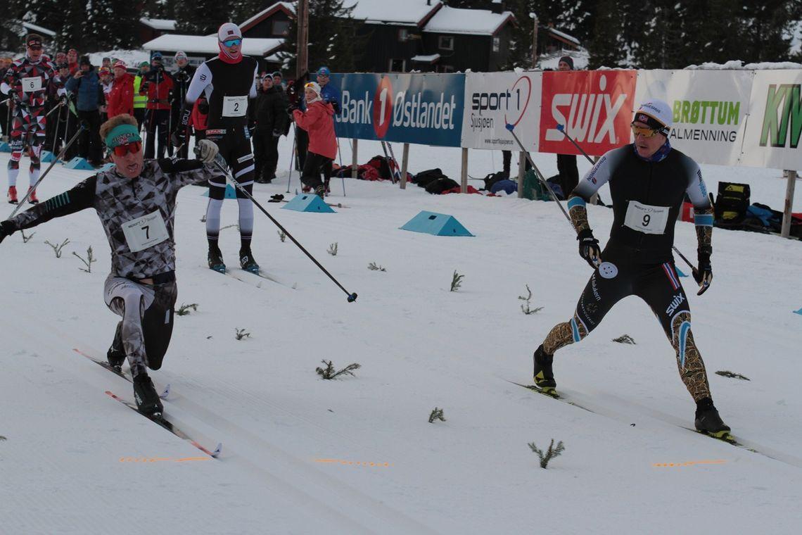 FOTOFINISH: Vetle Thyli (til h.) krysser målstreken hårfint før Anders Mølmen Høst på Sjujsøen langrennsarena søndag. (Foto: Finn Olsen)