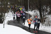 Lang rekke med løpere i Kondis Nyttårsløp 2018. (Foto: Bjørn Johannessen)