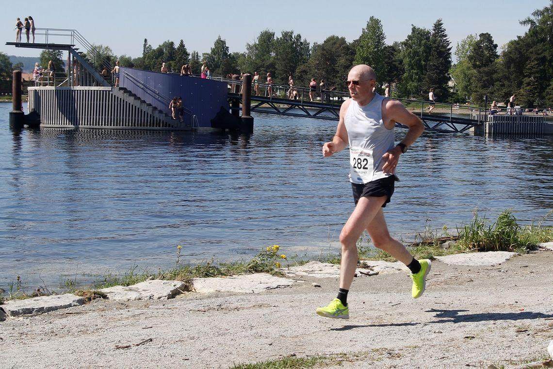 Hamar er på noen få år blitt løpebyen framfor noen i Hedmark. Her er det Lars Lien som passerer stupetårnet under Hamarløpet i slutten av mai i 2018.