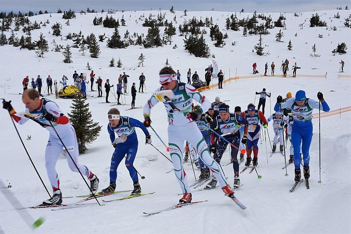 H21 ut fra start med gullvinner Lars Hol Moholdt til venstre uten lue. (Foto: Stein Arne Negård)