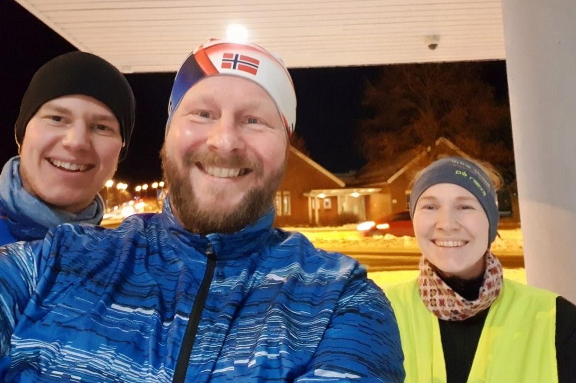 Initiativtager til både løpegruppen i Porsgrunn og gruppens første konkurranse, Tom Benjaminsen, ser her i midten sammen med Ida og Tom på en treningstur 14. januar da de la skumle planer for løpeåret.