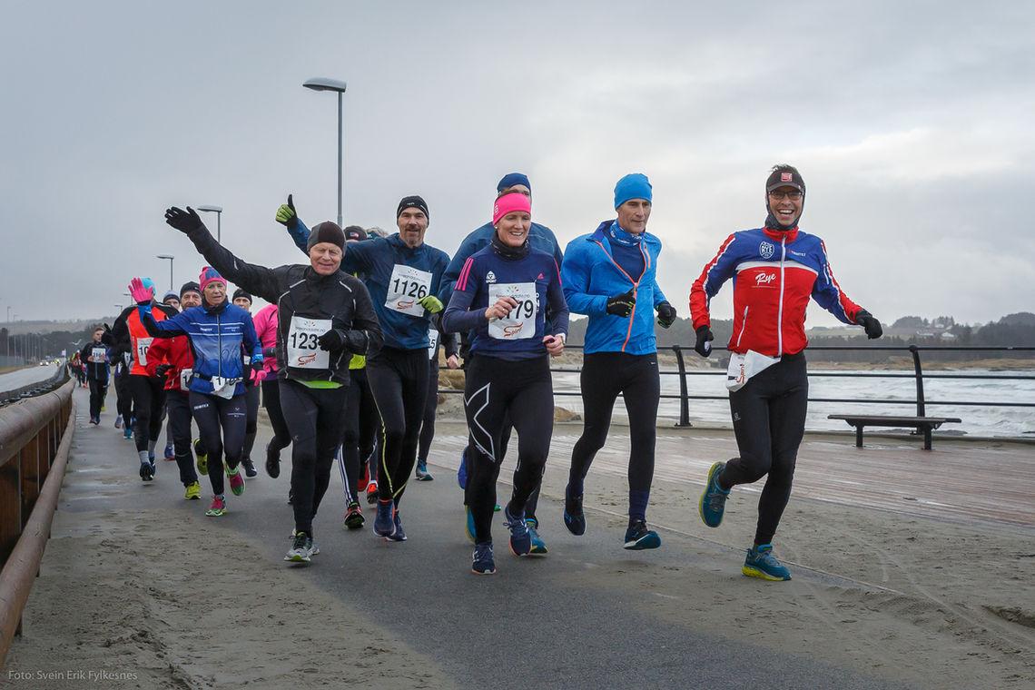 Svei-Erik Bakke leder an som fartsholder i årets Solastranden halvmaraton. Foto: Svein Erik Fylkesnes