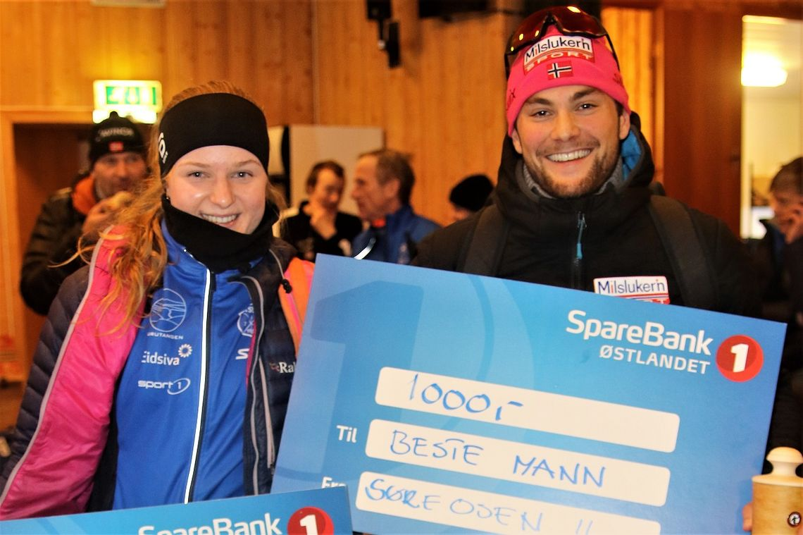 Totalvinnerne Franziska Skogsholm og Jørgen Myking med bonusen etter årets Trysil-Knut renn.
