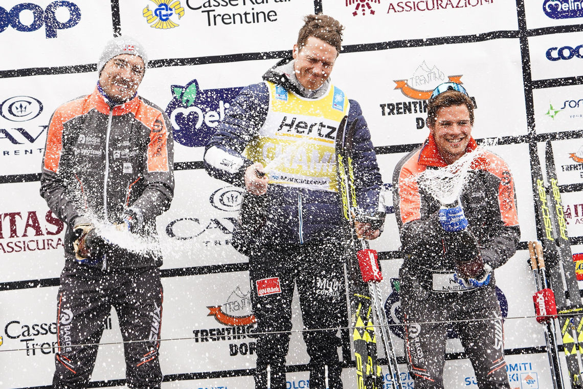 Seierspallen i Marcialonga, fra venstre: Andreas Nygaard 2.plass, Petter Eliassen vinner og Oskar Kardin 3.plass   Foto: Magnus Östh