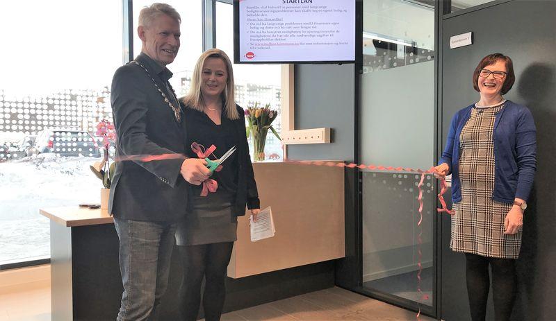 Bilde av ordfører Gunnar Krogstad mens han klipper snora for det nye NAV-lokalet