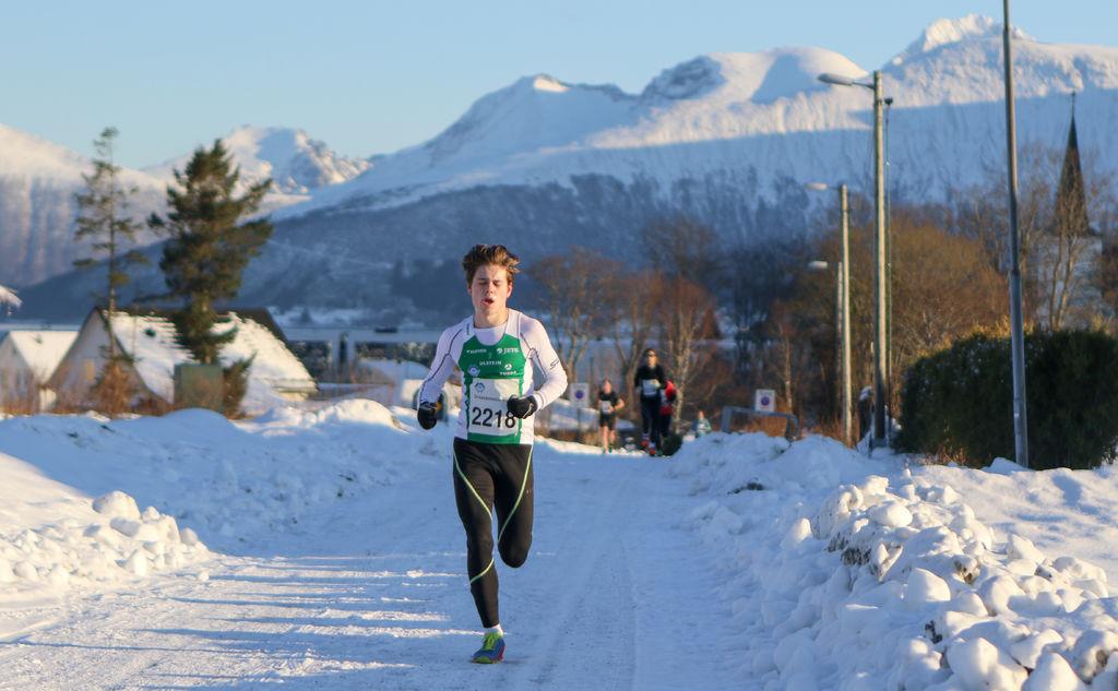 Mads Fredriksen, Dimna IL i tet, med kort vei igjen til målgang. Foto: Martin Hauge-Nilsen