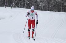 Jonas Amundsen på toppen av motbakken etter 2 km. Han har allerede fått en luke, som bare ble større gjennom hele løpet. (Foto: Olav Engen)