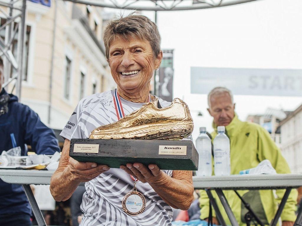 Vera Nystad var beste kvinnelige norske maratonløper - omregnet etter veterantabellene - for sjette år på rad. Bildet viser Vera med Gullskoen som Årets veteranløper 2017, utdelt på Sommerløpet i Kristiansand i fjor. (Foto: Torleiv Klungland)