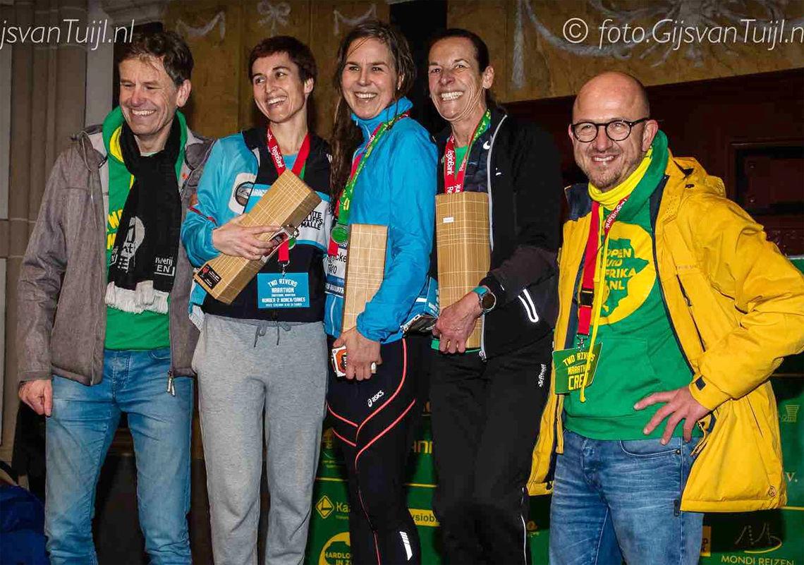 Janicke Bråthe fikk stå i midten på pallen som raskeste kvinne i Two Rivers Marathon. (Foto: Gijs van Tuij)