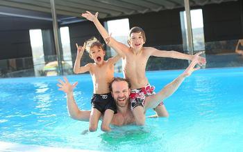 Barn og pappa i basseng