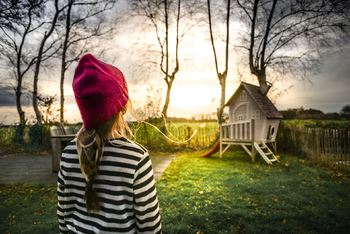 Jente og  lite hus
