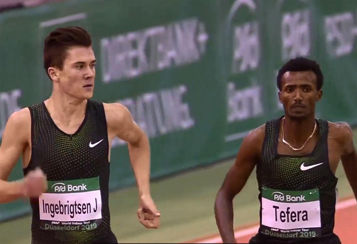 Jakob Ingebritsen spurta fra den regjerende verdensmesteren og ferske verdensrekordsetteren på 1500 m innendørs, Samuel Tefera. (Foto: skjermdump fra IAAFs streaming)