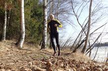 Motivasjonen er på topp når våren endelig melder sin anmarsj. Her fra en vårlig treningstur lags Glommastien på Årnes i fjor, mens isen ennå lå på elva. (Foto: Olav Engen)
