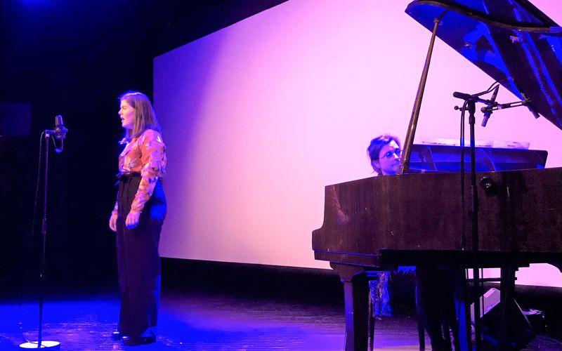 Bilde av Linn Sofie Sørlien, som underholdt med sang. Hun fikk også kulturstipendet.