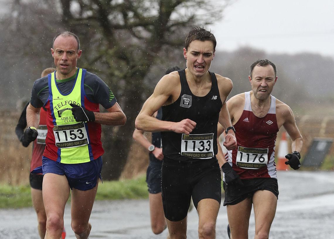 Bjørn Ivar Nilsen (til høyre) vant 40-årsklassen i Trafford 10k med 31.28. (Foto: Run North West)