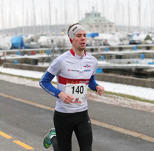 Vegard Brun Saga vant 5 km på Lørenskog. På bildet ser vi Saga på 5 km i Kondis' Nyttårsløp 2017. (Foto: Kjell Vigestad)