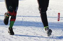 Fotsport i skiløypa. Og før det kommer hissige innlegg: dette bildet er tatt under NM i vintertriatlon der deltagerne hadde tillatelse til å både løpe og gå på ski i løypene. (Arkivfoto: Heming Leira)
