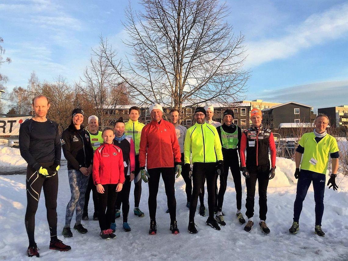Vinterjoggere i vårsol ved Prestrudhallen onsdag kveld. (Arrangørfoto)