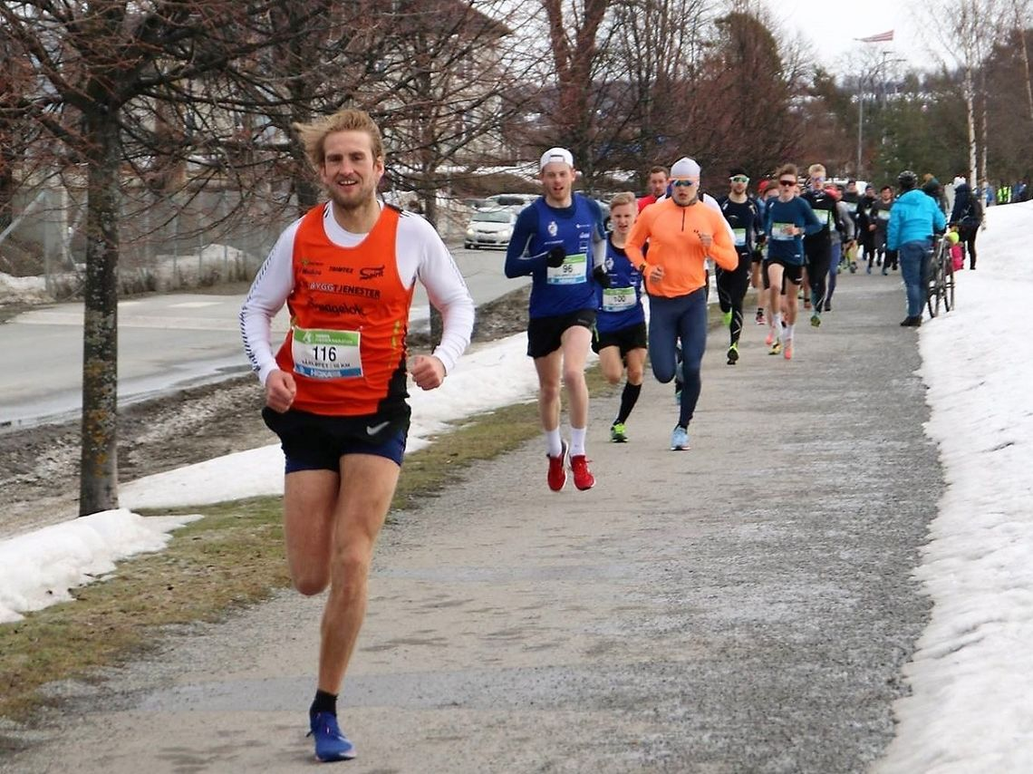 Thomas Asagutsen i forgrunnen rett etter start foran Simen Næss Berge søndag formiddag. (Arrangørfoto)