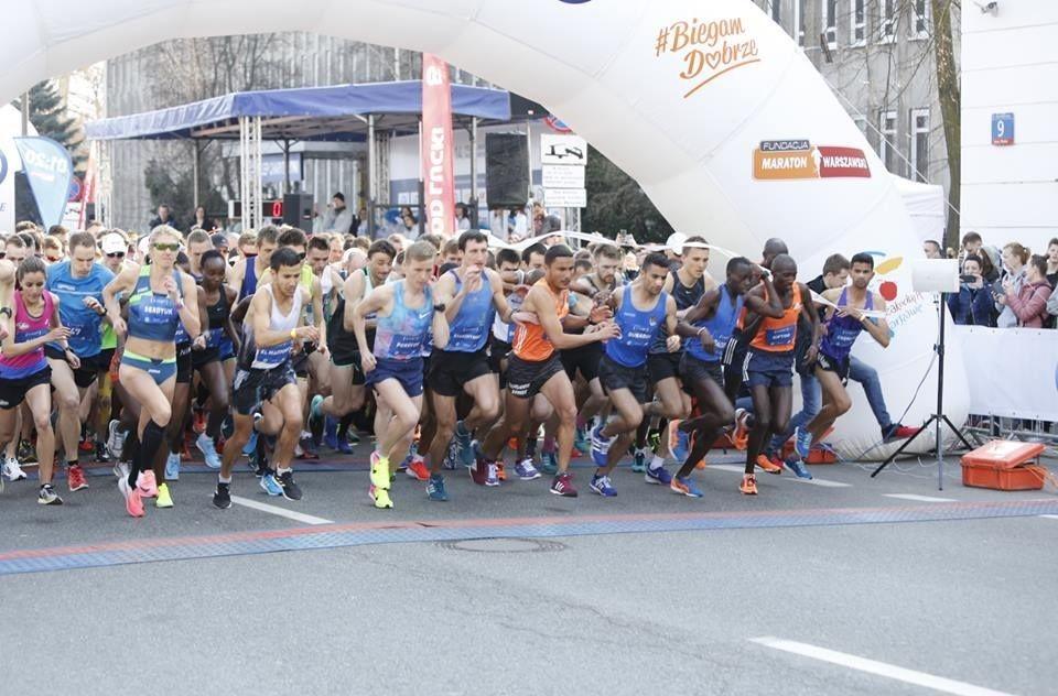 Fra starten av søndages Warszawa halvmaraton som gikk med i overkant av 10 000 deltagere hvorav 24 norske (Foto: Facebook/Maraton Warszawski)