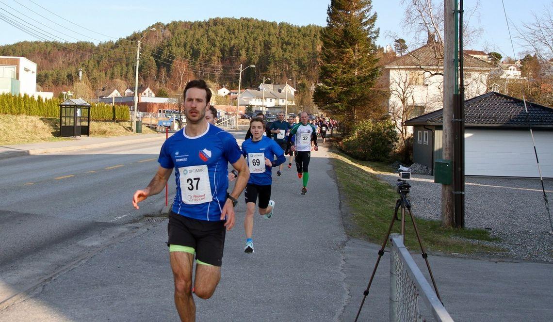Marcus Megrund (37) var 13 sekund foran Kristian Nedregård (skimter bak) i mål. Ludvik Markussen Ytterdal (69) var igjen 42 sekund bak Marcus i mål. Foto: Sigbjørn Lerstad