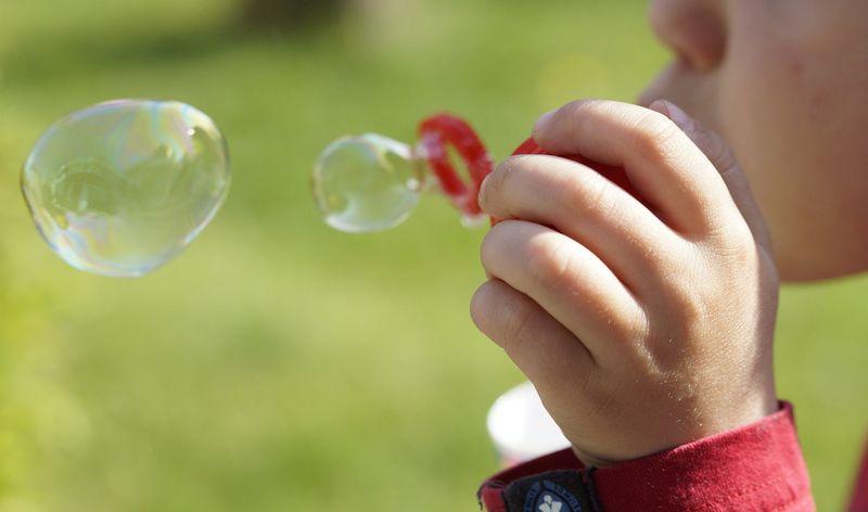 Illustrasjonsbilde av et barn som blåser såpebobler