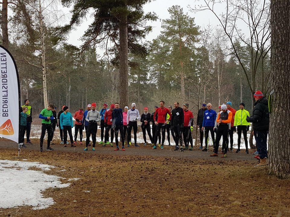 Drøyt 30 på start ved den gamle campingplassen ved Jernbanemuséet onsdag. (Foto: Håkon Amb)