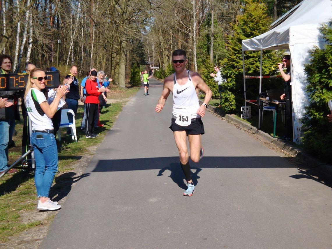Terje Sandness løper inn til seier på 100 km i Tyskland. (Arrangørfoto)
