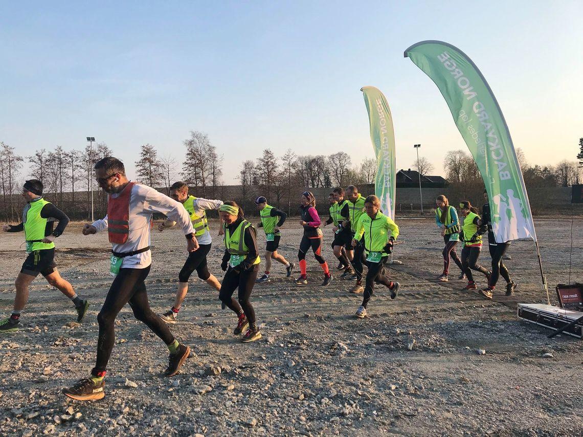 Starten på den 11. av 12 runder, løperne nærmer seg 70 løpte kilometer. (Arrangørfoto)