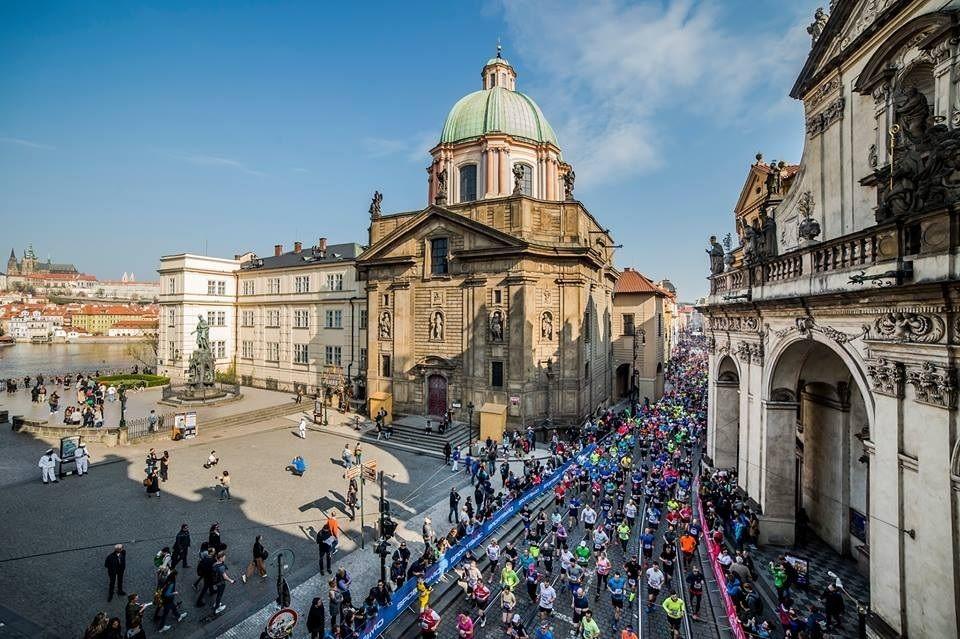Fra årets Praha halvmaraton, et løp som har start og mål ved Jan Palach-plassen i gamlebyen og som går i en løype uten større høydeforskjeller langs elva Vltavas (Moldaus) bredder (Foto: RunCzech/Facebook).