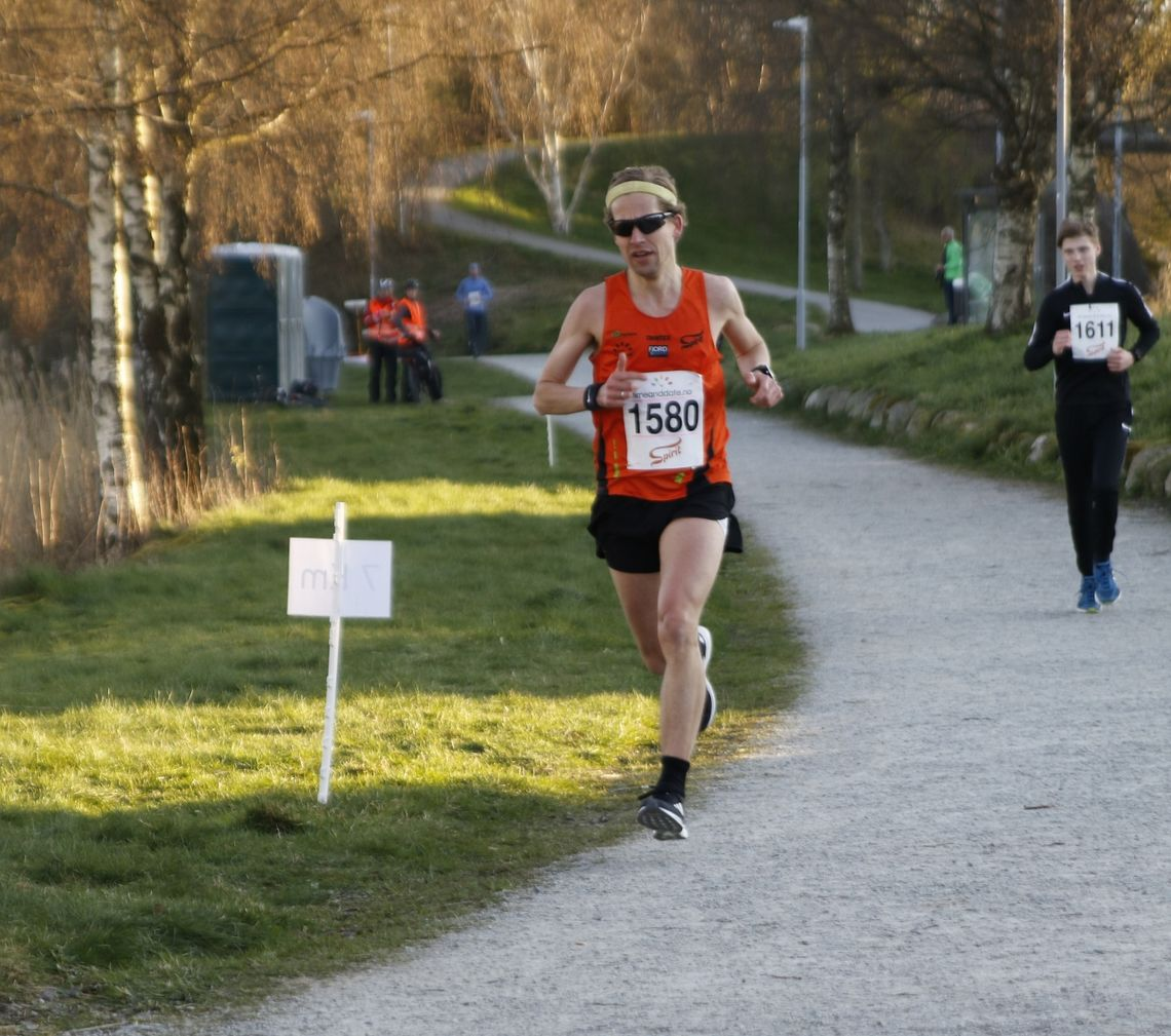 Erlend Aano vant halvmaraton på 1:17:07. (Foto: Turid Veggeland)