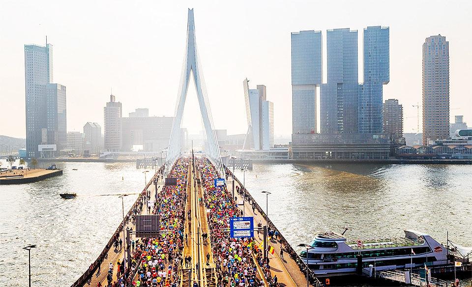 I Rotterdam Marathon får deltakerne løpe over den velkjente Erasmus-brua to ganger. (Foto: arrangøren)