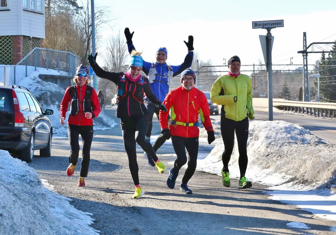 Glade Påskeharer på vei fra Ski til Sandvika i 2018, her ved Borgenveien på Kolbotn. (Foto:Bjørn Hytjanstorp)