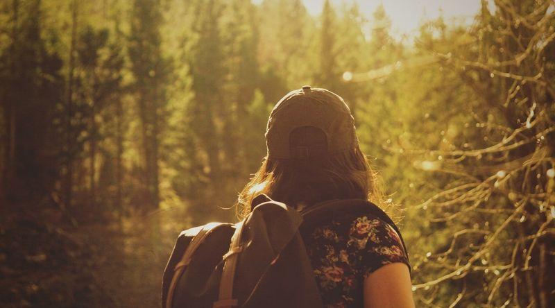 Bilde av en kvinne på tur i skogen