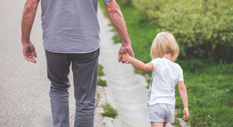 Bilde av en bestefar og et barnebarn som går tur sammen
