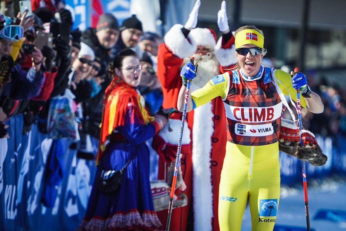 Astrid Øyre Slind jubler for seieren i Ylläs-Levi. (Foto: Visma Ski Classics)