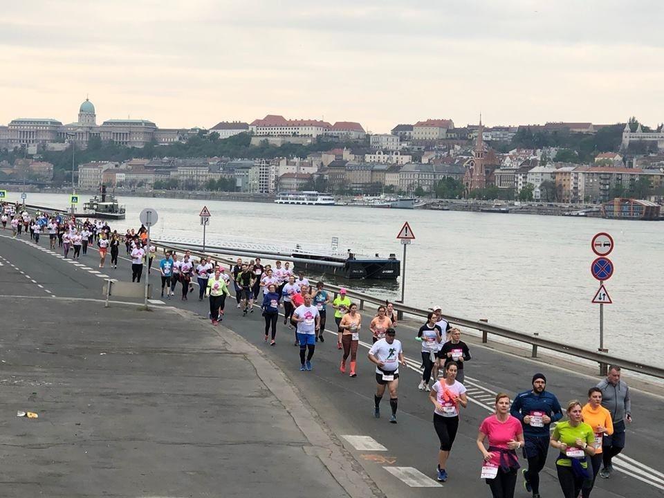 Vivicitta halvmaraton og 10 km i Budapest har start og mål på den 2.5 km lange Margaretøya som ligger midt i Donau, mens løypene går dels på Buda- og dels på Pest-siden av byen (Foto: facbook/vivicittafutas/)