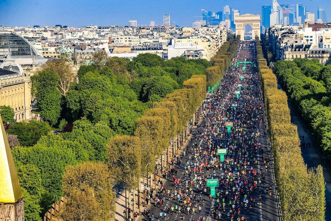 Fra starten på Paris Marathon i fjor, et enormt folkehav. (Foto: Et utrolig folkehav ved start. Hvor mange norske ser vi her? (Foto: Aurélien Vialatte / A.S.O.)