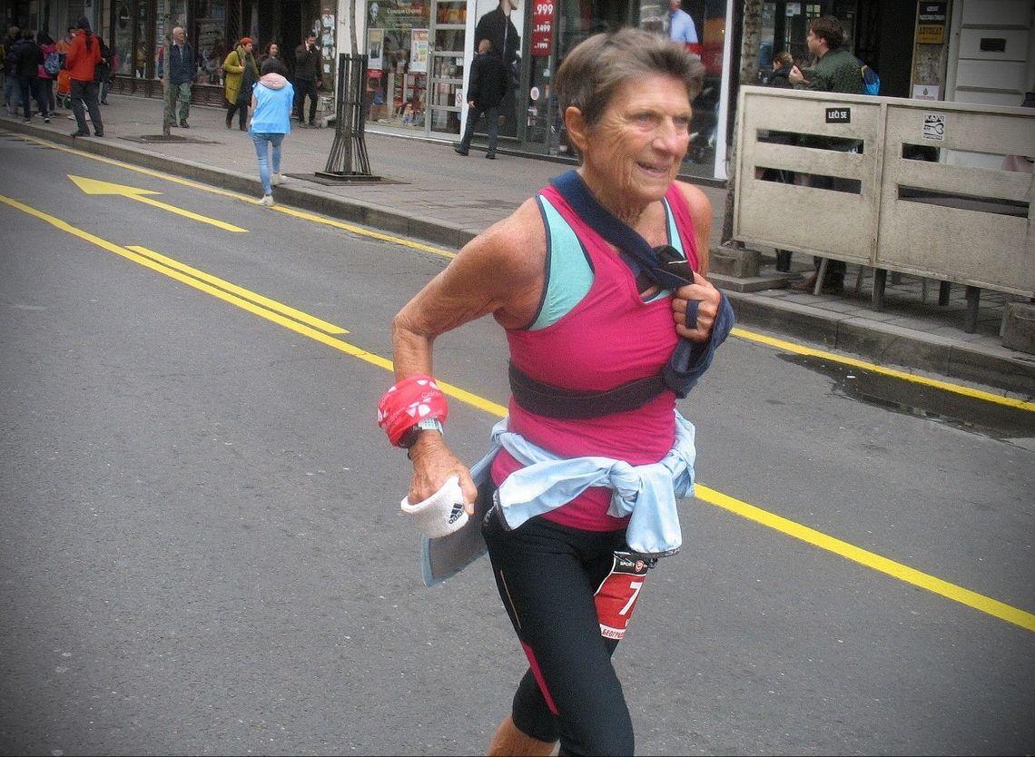 Vera Nystad løp hele maratonløpet med venstre armen i fatle. (Foto: Zvonko Ra)