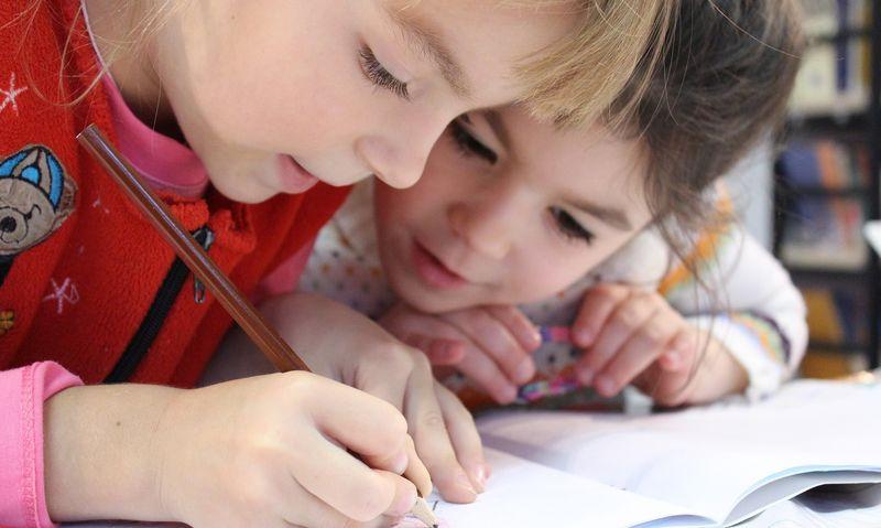 Bilde av to barn på skolen