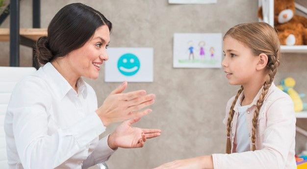 Illustrasjonsbilde av en voksen og et barn som snakker sammen