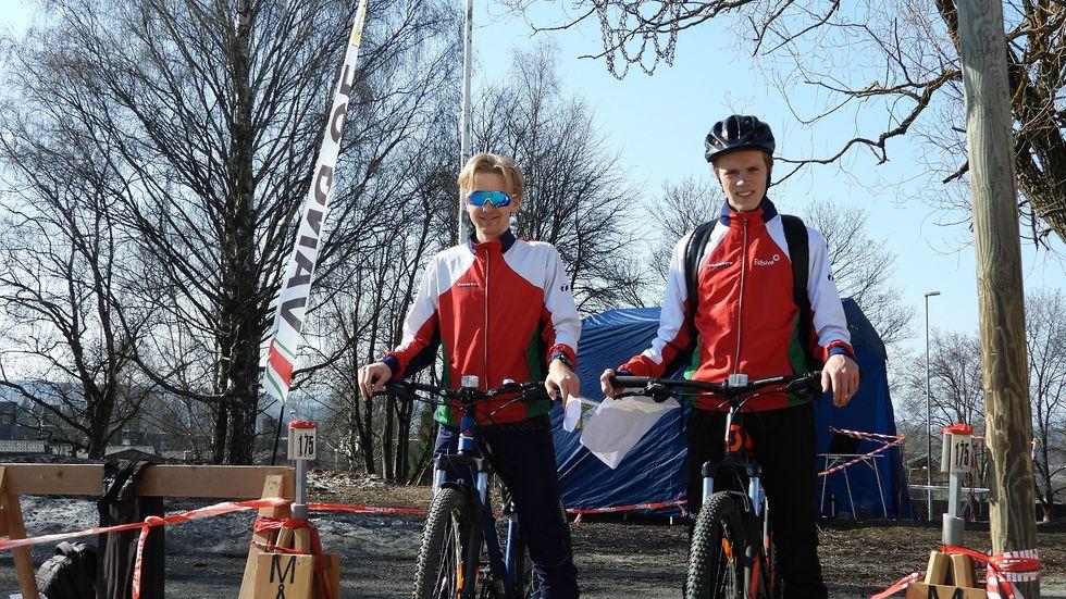 Løypeleggerne, Jostein Svaland Dale og Njaal Ellegaard Melby, på sykkel etter at postene var satt ut.