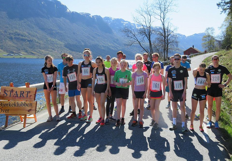 Kvinnene i første rekke. Det var mange unge jenter på startstreken. Foto: Olav Samland