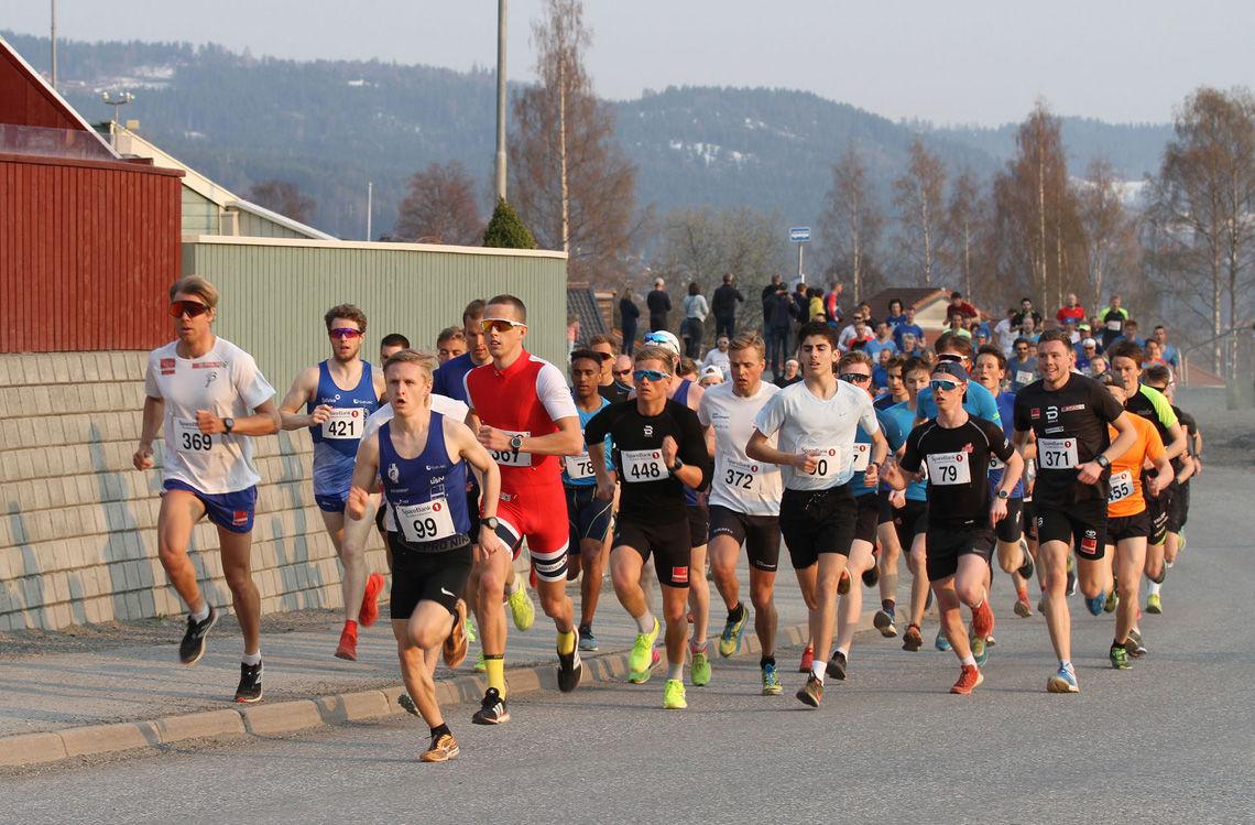 Starten har gått i Kringsjåløpet, et 2, 86 km langt gateløp med start og mål ved gamle Kringsjå skole i Lillehammer. Her ser vi fra venstre Magnus Lian Orrestad fra Stavanger (369) som ble nr. 2 i klasse M 20-29 år, Petter Soleng Skinstad fra Gjøvik FIK (421) som vant klasse M 30-39 år, Petter Johansen LIF (99) som ble nr. 2 i M 20-29 år, Sondre Ramse fra Otra IL/Team Veidekke Vest (367) som vant M 20-29 år, Elyas Tesfamichael Neggasi fra LIF (78) som ble nr. 3 i M 16.19 år, Thomas Helland fra Egersund (448) nr. 8 i klasse M 20-29 år, Mattis Sjøli fra Halmås & Omegn (372) nr. 9 i klasse Aktive 20-35 år, Ibrahim Buras LIF (90) som vant klasse M 16-19 år, Håvard Kvam fra Kolbukam/NTG nr. 7 i M 16-19 år og Gøran Tefre Team Bjellebjåls (371) som ble nr. 3 i klasse M 20-29 år.