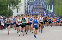 Sentrumsløpet opplevde hyggelig deltagervekst i år. Her fra starten på 10 km. (Foto: Per Inge Østmoen)