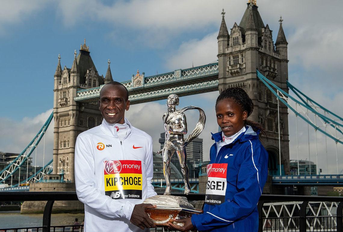 Årets vinnere i London Marathon Eliud Kipchoge og Brigid Kosgei begge Kenya.  Foto:  Virgin Money London Marathon
