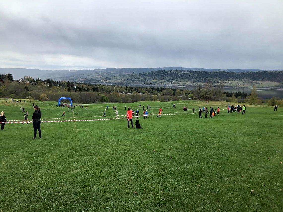 Mjøsen Golfklubb stilte nok en gang sitt grønne gress til disposisjon for friidrettsfolket på 1. mai. (Foto: Morten Stensberg)